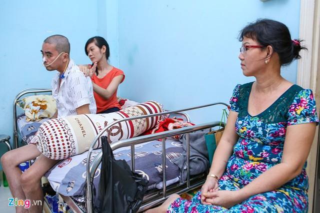 Vợ Nguyễn Hoàng đưa mẹ lên Sài Gòn để phụ chị chăm sóc cho chồng. Ảnh: Nguyễn Thành