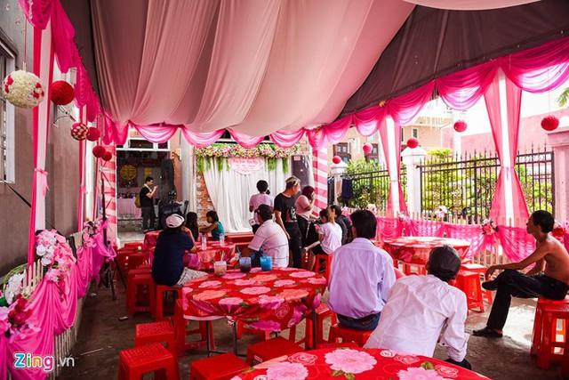 Không gian lễ ăn hỏi của cặp đôi hot làng giải trí và thể thao Việt lấy gam hồng làm chủ đạo. Đây cũng là màu Kỳ Hân yêu thích và lên ý tưởng trang trí. Từ cổng hoa cho đến bàn tiệc đều được nhuộm sắc hồng.