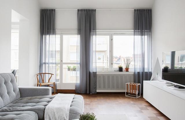 2. Ai bảo rèm cửa phải treo sát cạnh cửa chứ, treo rèm cửa cao sẽ tạo cảm giác cửa sổ nhà bạn rộng hơn nhiều đó.