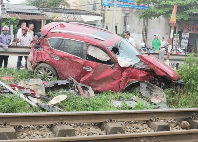 Chiếc xe bị nát bét. Ảnh: Nguyễn Quang.