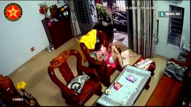 Tên cướp giật chiếc Ipad 2 trên tay bé gái.