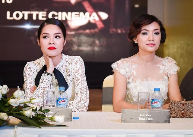 Hai người đẹp không nhìn mặt nhau trong buổi ra mắt phim Mặt nạ máu. Ảnh: Nguyễn Thành