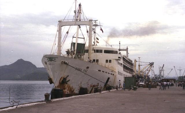 Tàu dân sự MV Dona Paz của Philippines gặp nạn vào đêm 20/12/1987 sau khi va phải tàu MT Vector vận chuyển 8.800 thùng dầu. Đây được coi là thảm họa chìm tàu dân sự tồi tệ nhất trong thời bình và là bài học đắt giá cho ngành hàng hải bởi nó xảy ra khi thủy thủ đoàn đang vui chơi và uống bia. Cú va đập mạnh làm xăng tràn nhanh gây cháy phao cứu sinh và hệ thống chiếu sáng nên việc thoát hiểm càng khó khăn.
