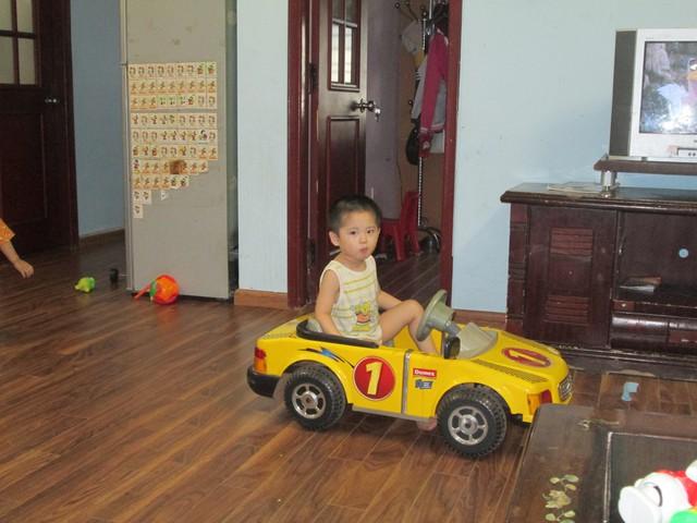 Vào ngày nghỉ, cậu con trai kháu khỉnh vui chơi ở nhà. Ảnh: Ngọc Thi