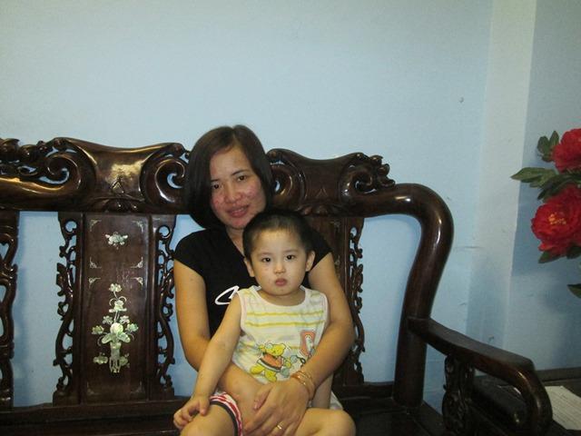 Chị Hoàng Thị Kim Dung hạnh phúc bên cậu con trai được sinh ra từ tinh trùng người cha quá cố. Ảnh: Ngọc Thi