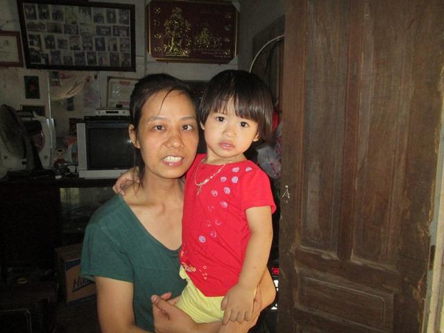 Chị Hoàng Thị Yên hạnh phúc bên bé Lê Hoàng Cẩm Tú, 2,5 tuổi. Ảnh: Ngọc Thi
