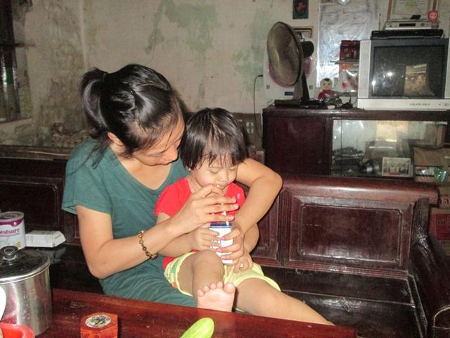 Hằng ngày, chị Yên vẫn ân cần chăm con gái nhỏ. Ảnh: Ngọc Thi