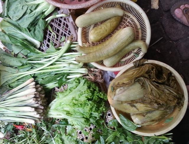 Dưa cải muối chua được bày bán ở một số chợ trên địa bàn Đà Nẵng có chứa chất cấm vàng ô. Ảnh: Đức Hoàng