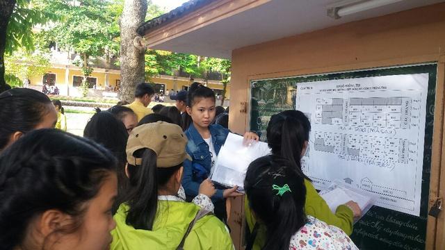 Các thí sinh tại điểm thi Trường THPT Đông Hà (Quảng Trị) xem sơ đồ để tìm phòng thi. Ảnh: Lê Chung