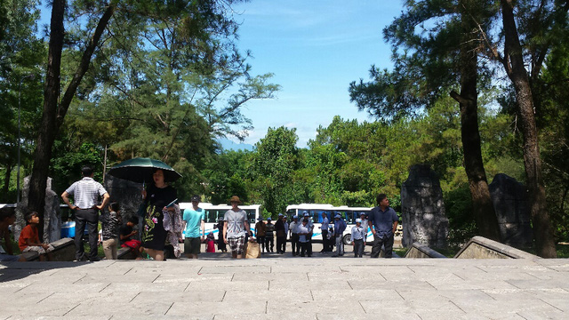 Mỗi năm đến dịp tháng 7, dòng người từ khắp miền Bắc Nam lại đổ về thăm viếng tại Nghĩa trang liệt sĩ Trường Sơn. Ảnh: Lê Chung