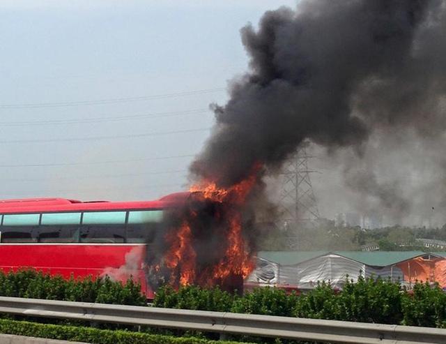 Đám cháy bắt đầu từ phần đuôi xe.