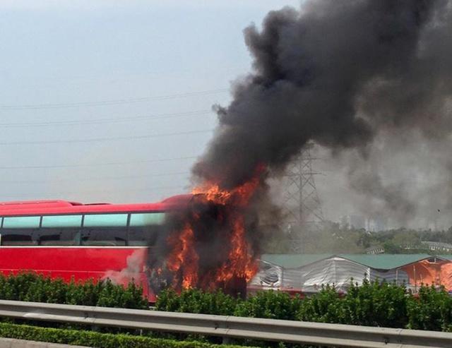 Vụ cháy bắt đầu từ phần đuôi xe sau đó ngọn lửa lan ra khắp xe.