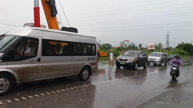 Vụ tai nạn khiến nhiều phương tiện di chuyển khó khăn.