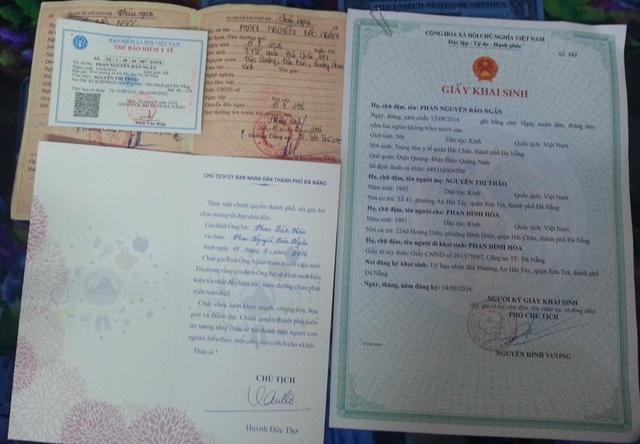 Hồ sơ 3 trong 1 được trao tận nhà trẻ em vừa chào đời trên địa bàn thành phố. Ảnh: Đức Hoàng