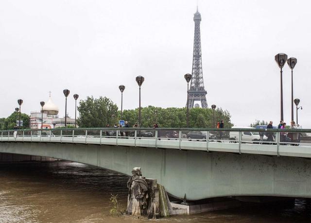 Trong bối cảnh ngày hội bóng đá EURO 2016 chuẩn bị khai mạc thì thủ đô Paris và nhiều thành phố khác của Pháp lại đang chìm trong biển nước.