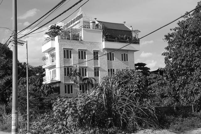 Ngôi nhà 5 tầng kiêm cả nhà thờ của Công ty Thành Long ngay sát chân đê. Ảnh: P.B