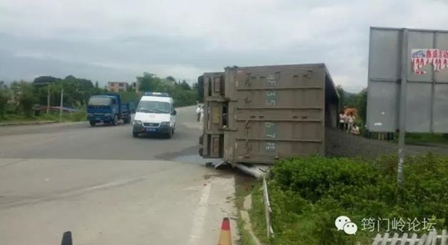 Chiếc container đột nhiên lật nhào trong lúc đang lưu thông trên đường cao tốc.