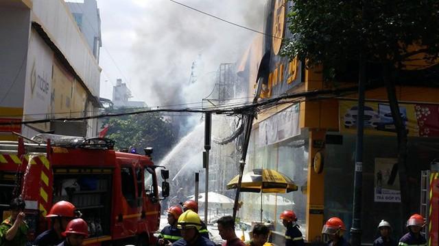 Hiện trường vụ cháy là garaôtô Thần Châu, sau đó lan sang cửa hàng điện thoạiThế giới di động kế bên. Các con đường xung quanh khu vực bị phong toả hoàn toàn.