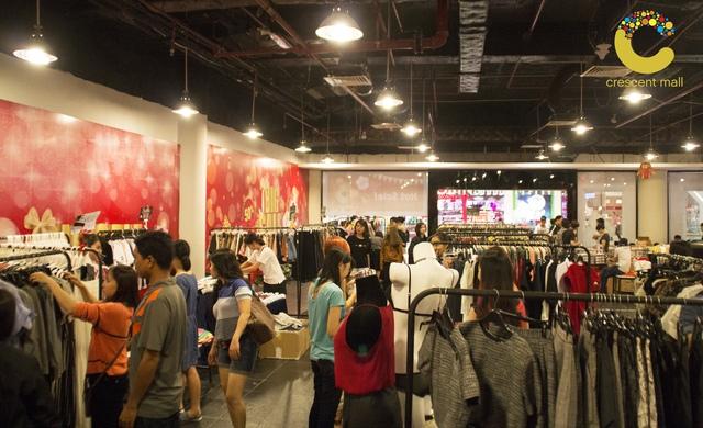 Mua sắm tấp nập vào những ngày cận Tết tại Crescent Mall.