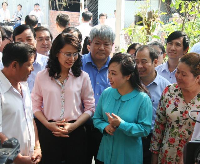 Bộ trưởng Y tế Nguyễn Thị Kim Tiến thăm một số hộ dân sinh sống trên địa bàn H. Bình Chánh sau buổi lễ phát động chiến dịch.