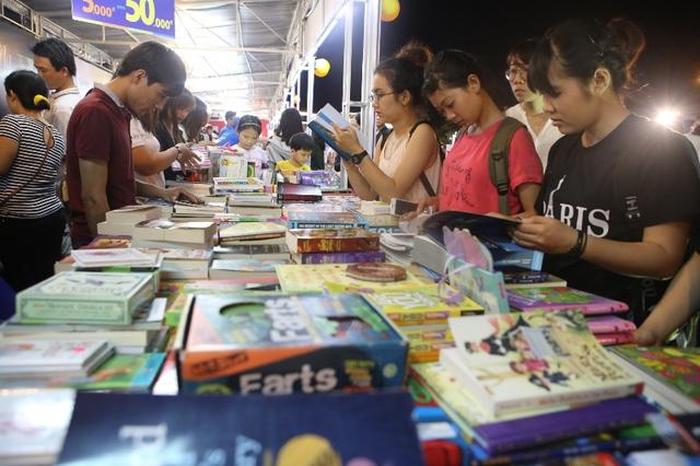 Các bạn trẻ rất thích thú vì có nhiều loại sách để lựa chọn. Ảnh: Đức Hoàng