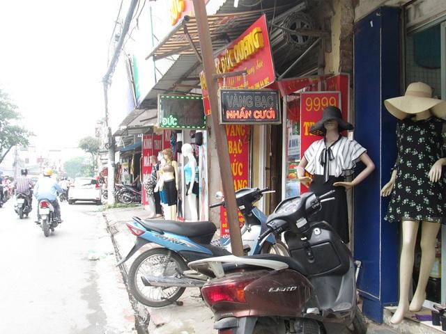 Một tiệm trang sức (phố Trương Định, Hoàng Mai) tuy nhỏ nhưng được tận dụng treo nhiều biển hết sức có thể.