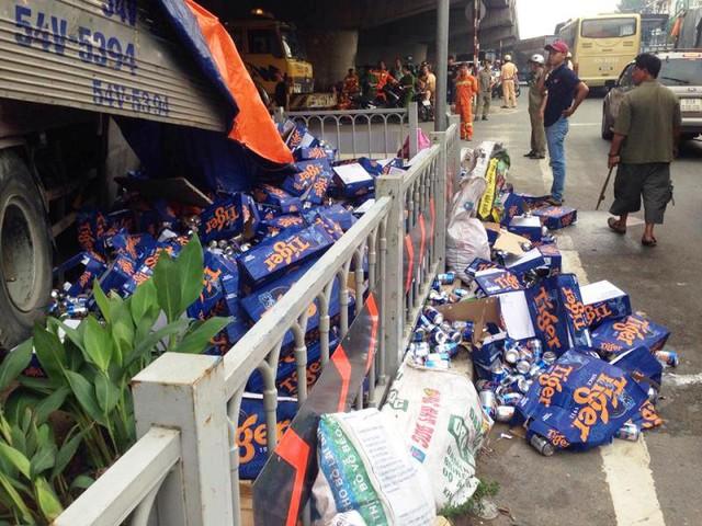 Hàng trăm thùng bia đổ ra ngoài đường. Ảnh : Ngọc Thiện