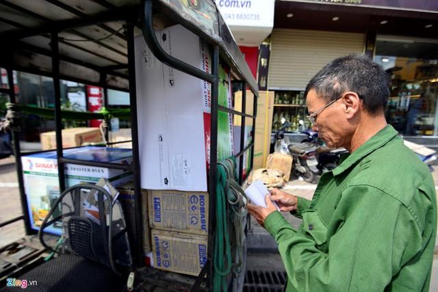 Ông Liên, người chuyên chở hàng điện lạnh cho các cửa hàng trên đường Xã Đàn kể, mấy ngày gần đây số lượng người thuê chở hàng tăng dần, thêm từ 5 - 10 chuyến so với những ngày bình thường.