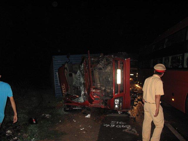 Lực lượng CSGT có mặt điều tiết phương tiện qua QL1 và điều tra nguyên nhân vụ tai nạn