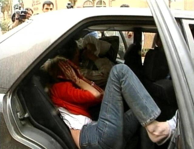 Samia Nakhoul, 1 biên tập viên của tờ Reuters, đang ngồi ở ghế sau của ô tô sau khi bị thương nặng tại khách sạn Palestine ở Baghdad vào ngày 8/4/2003. Trong lúc đang đưa tin, Samia đã bị thương khi quân đội Mỹ bất ngờ tấn công vào khách sạn.