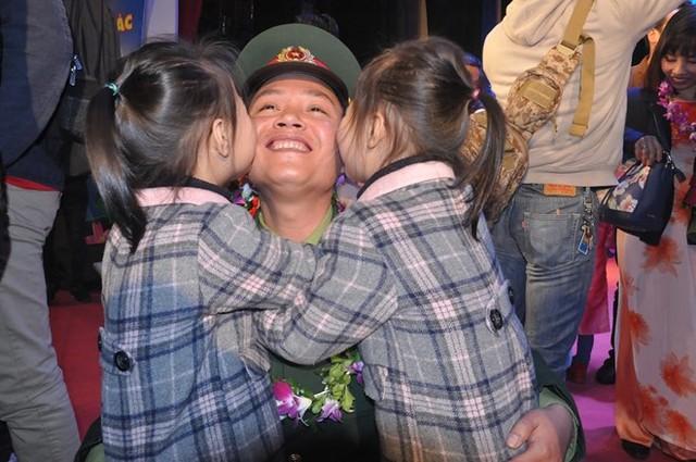 Khoảnh khắc hạnh phúc bên các con của bác sĩ Thắng. Ảnh: Văn Chung.