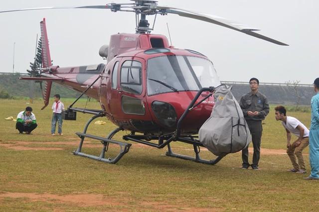 Đoàn làm phim đã phải tạm hoãn một số cảnh quay trên không nên máy bay trực thăng được đưa về trung tâm Phong Nha. Ảnh: Văn Được.