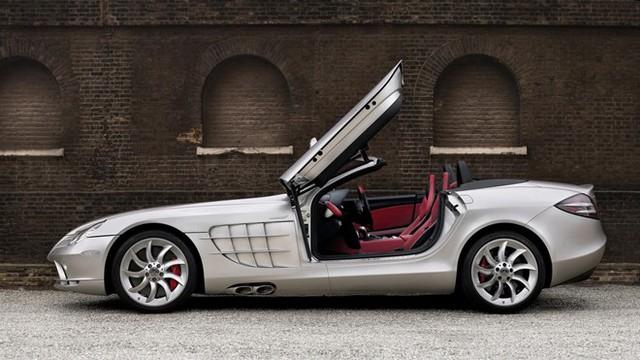 Tiếp đó là McLaren Mercedes SLR Roadster. Khi mở mui, chiếc siêu xe cánh chim này có thể vươn tới mức 333 km/h. Chiếc roadster thừa hưởng công nghệ tiên tiến từ nhiều năm kinh nghiệm của Mercedes cũng như của đối tác McLaren. Siêu xe sử dụng động cơ siêu nạp V8 AMG giống bản coupe và hộp số AMG Speedshift R 5 cấp tự động. Công suất 617 mã lực và mô-men xoắn cực đại 780 Nm giúp SLR roadster tăng tốc từ 0 lên 100 km/h sau 3,8 giây.