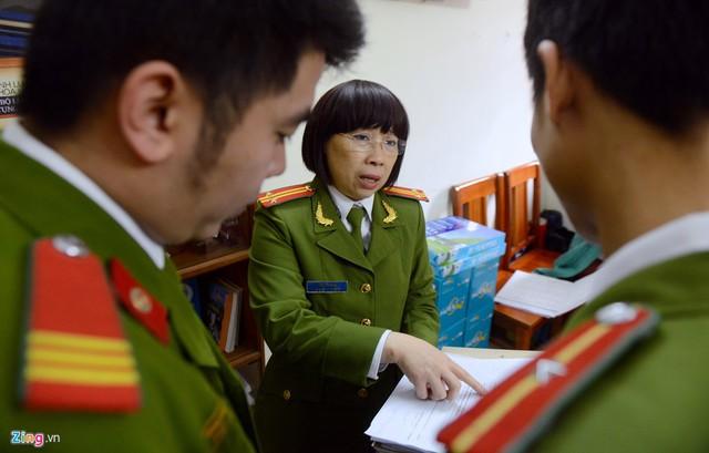 Trong cuộc sống thường ngày, chị Hoa là người cởi mở và hay cười nhưng trong chuyên môn, vị cán bộ này luôn nghiêm khắc, quyết đoán.