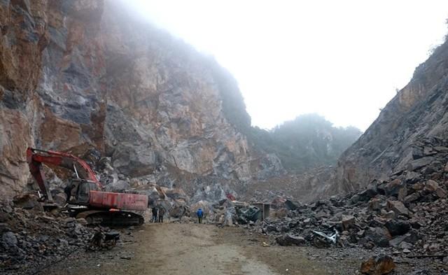 Hiện trường nơi xảy ra vụ sập mỏ đá 8 người chết. Ảnh: Nguyễn Dương.