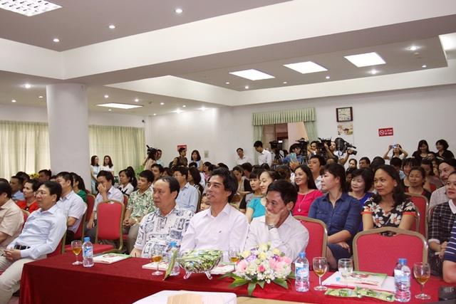 Đông đảo chính khách và bạn bè đến mừng tác giả Huy Hoàng ra mắt tập thơ Quà cho con. Ảnh: TV.