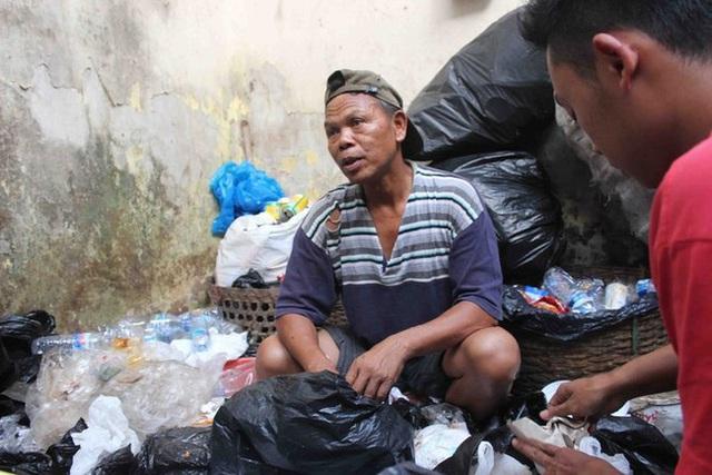 Ngoài công việc chính, ông Bripka lại cần mẫn nhặt rác kiếm thêm thu nhập.