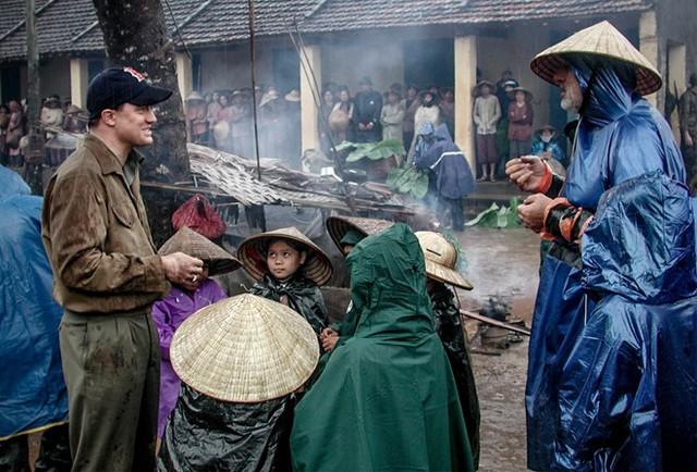 Đạo diễn Phillip Noyce và nam diễn viên Brendan Fraser (bìa trái) trong một cảnh quay ở Việt Nam. Ảnh:SMPSP