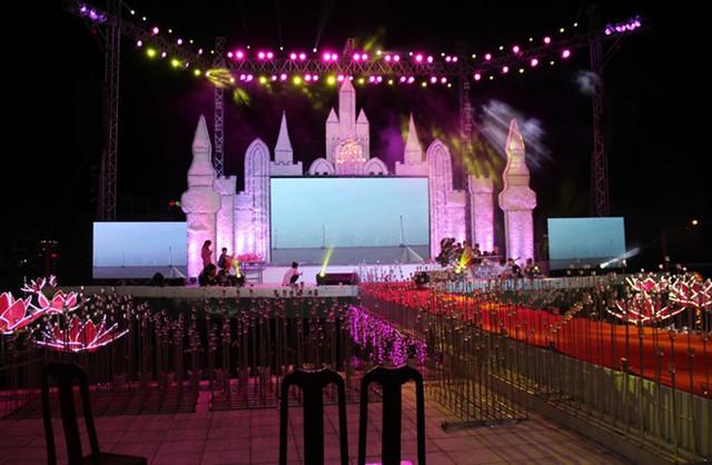 Sân khấu nổi phục vụ lễ thành hôn của con gái đại gia Cà Mau. Ảnh: Việt Tường.