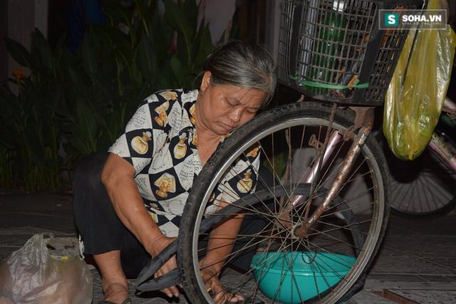 Đồng tiền còm cõi bà kiếm được mỗi đêm là niềm hy vọng của cả nhà.