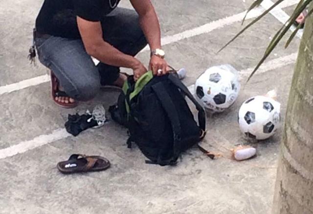 Cảnh sát tìm thấy chiếc ba lô B. mang theo khi nhảy cầu được treo trên cây, bên trong balo có 2 quả bóng đá.