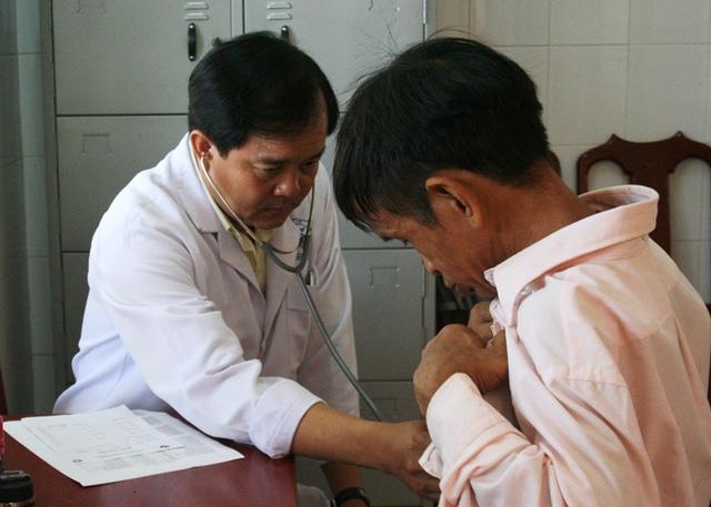 BS Anh Tú-Trưởng khoa khám Viện Pasteur TP.HCM đang thăm khám một bệnh nhân khó khăn, tật nguyền.