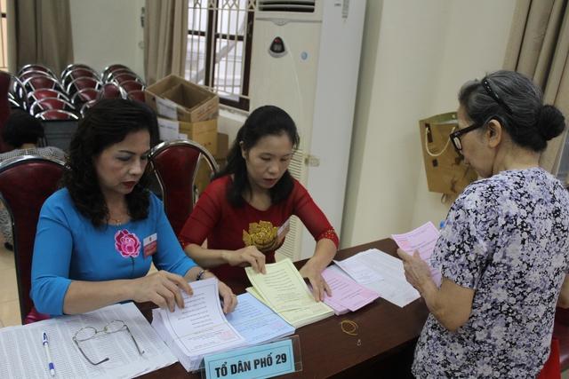 Vào cổng phòng bỏ phiếu, người dân được phát phiếu đầy đủ đúng quy định.