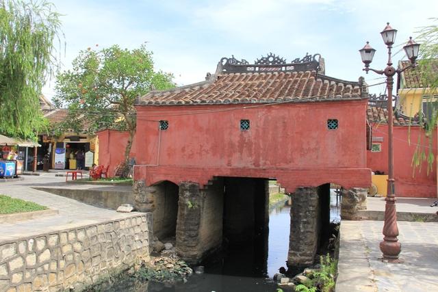 Phía sau chùa Cầu mới được sơn lại...