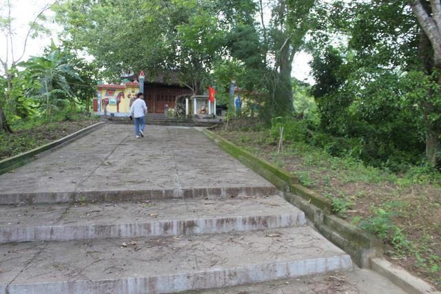 Lối lên ngôi đền hơn 700 tuổi. Ảnh: H.Phương