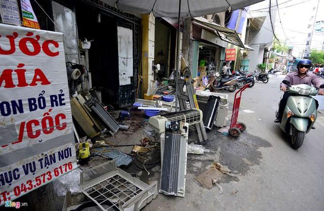 Các dịch vụ sửa chữa điều hòa trên đường Trần Hữu Tước (quận Đống Đa) cũng ăn nên làm ra, nhân viên tất bật hơn ngày thường. Nhiều cửa hàng bày ngổn ngang máy lạnh, tràn ra lề đường.