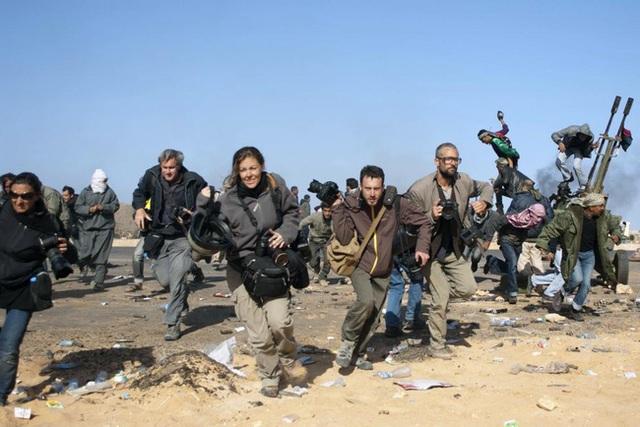 Các phóng viên của tờ New York Times, Getty Images và cả những phóng viên tự do đang tìm đường chạy thoát thân trong 1 cuộc thả bom ở Ras Lanuf vào ngày 11/3/2011.