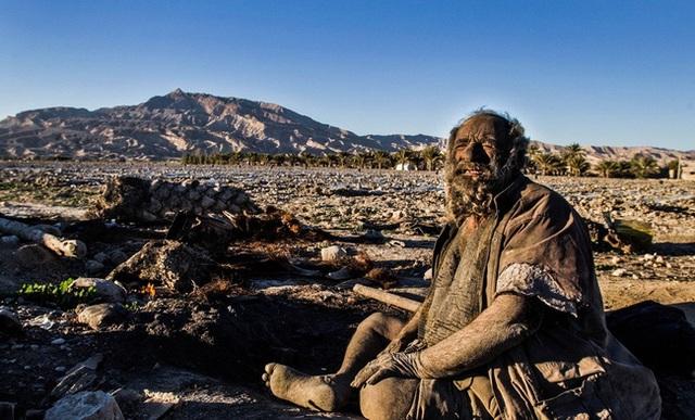Do suốt hơn 60 năm không hề tắm gội nên làn da của ông đã chuyển màu đen xám. Kèm theo đó là lớp bụi bẩn, bùn đất dính chặt lấy cơ thể, râu ria, tóc tai khiến ông trở nền sần sùi và có mùi hương không hề dễ chịu.