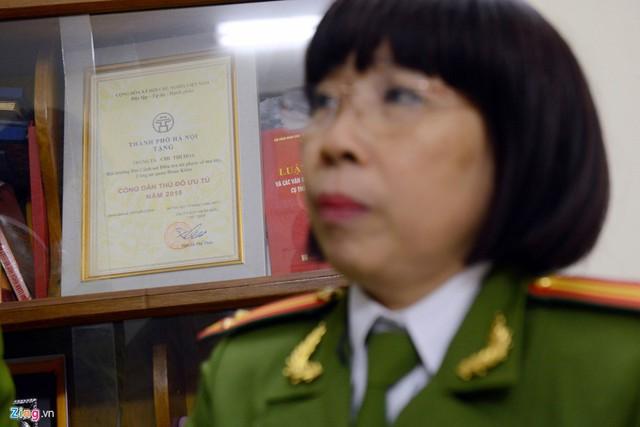 Gần 20 năm đánh án ma túy, trung tá Hoa cùng đồng đội đã phá nhiều chuyên án có tiếng vang. Năm 2015, chị là nữ sĩ quan duy nhất của Công an Hà Nội được trao tặng danh hiệu Công dân thủ đô ưu tú.