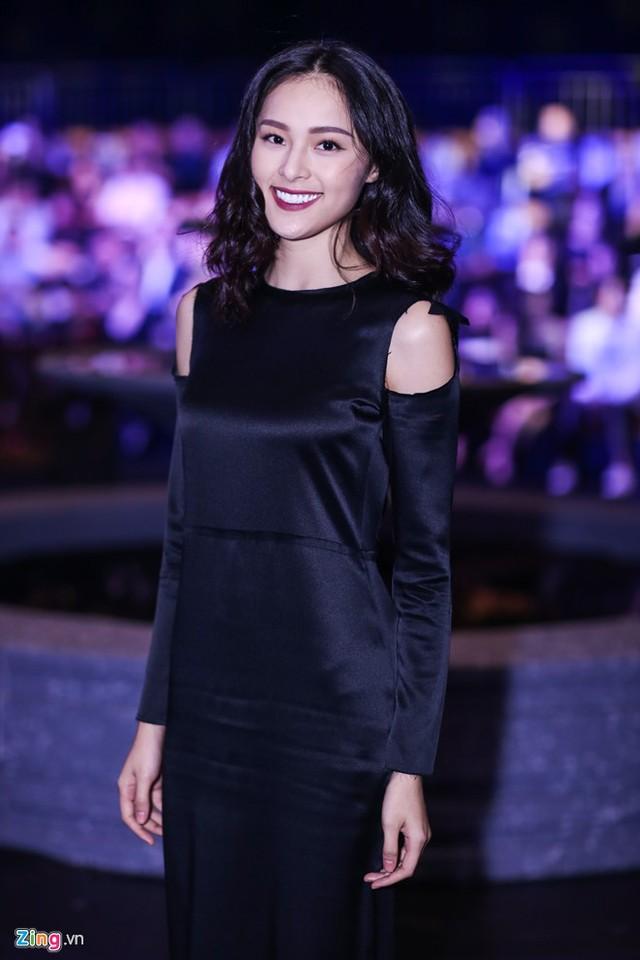 Bạn gái doanh nhân Nguyễn Quốc Cường - hot girl Hạ Vi - cũng tham dự show thời trang với tư cách khách mời. Người đẹp diện trang phục lụa tối màu, kèm tông trang điểm huyền bí.